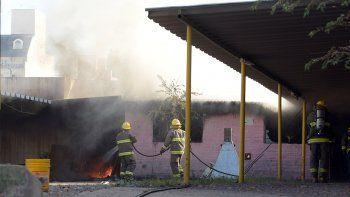un incendio causo alarma y danos en pleno centro neuquino