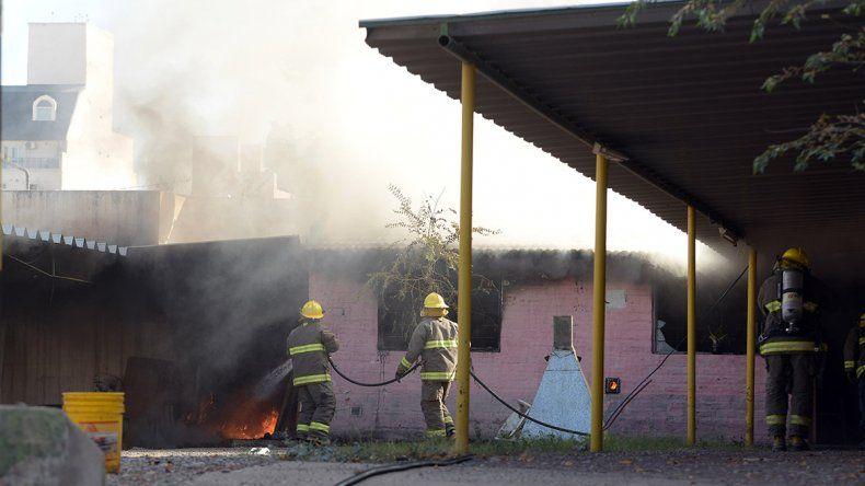Un incendio causó alarma y daños totales: investigan si fue intencional
