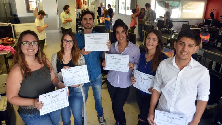 Los seis jóvenes profesionales recibieron un diploma por su paso por LMN y LU5.