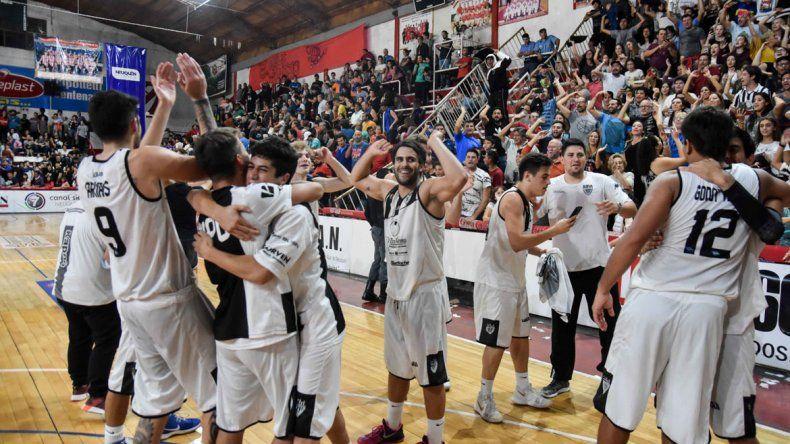 PURA FELICIDAD. Cipolletti festeja junto a su gente. Más de 200 personas fueron a La Caldera a acompañar al equipo de Rubio.