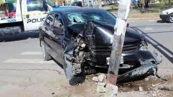 perdio el control y destruyo el auto contra un semaforo