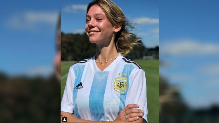 Una modelo presentó la camiseta de la Selección femenina y estalló la bronca