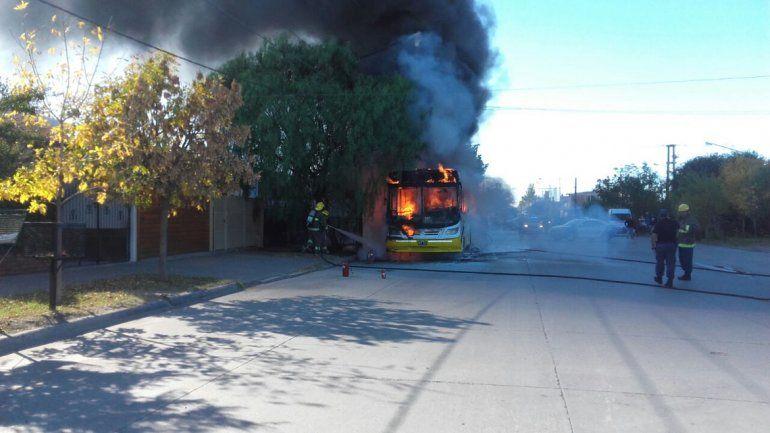 Se incendió un colectivo con pasajeros en el Oeste