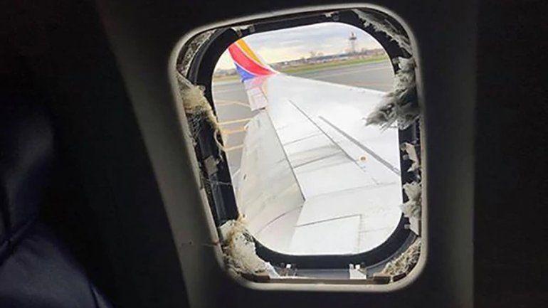 Una de las pasajeras fue expulsada de la aeronave, por una ventana rota.