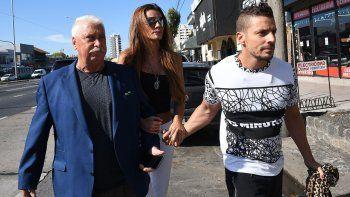 Natacha Jaitt acompañada de su abogado José Gutiérrez y su hermano Ulises Jaitt.
