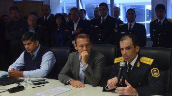 escandalo: sentaron a policia condenado por apremios ilegales al lado del gobernador