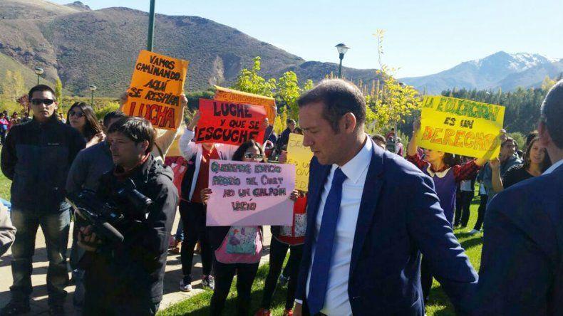 Docentes le reclamaron a Omar Gutiérrez en medio del acto aniversario de Huinganco