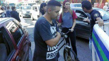lo detienen por tocarle la cola a una mujer en bici