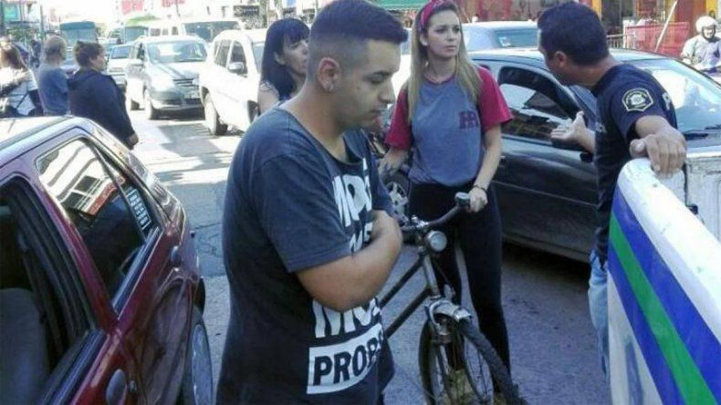 Detienen a remisero que le tocó la cola a una mujer que iba en bici