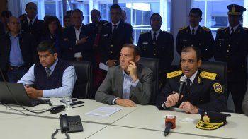 desplazaron al policia condenado por apremios que sentaron junto al gobernador