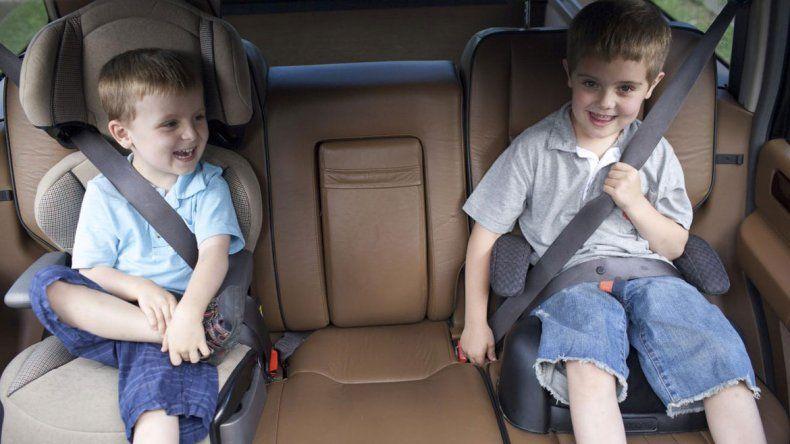 Piden prohibir los autos sin sillas para menores de 10 años