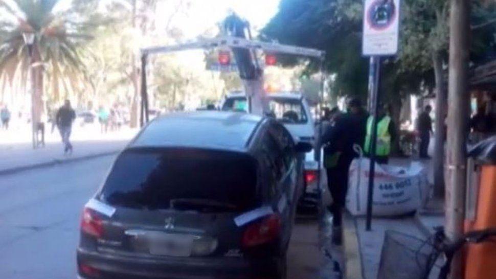 Escándalo en el centro: la agarraron con el carnet vencido y se atrincheró en el auto