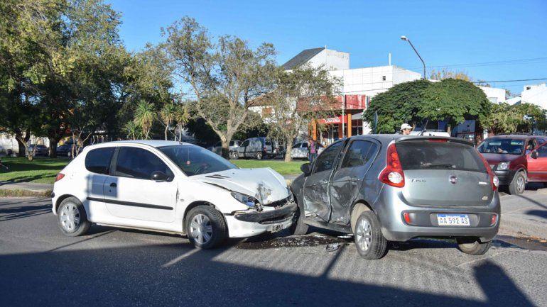 Mujeres heridas en un choque entre autos en el Bajo