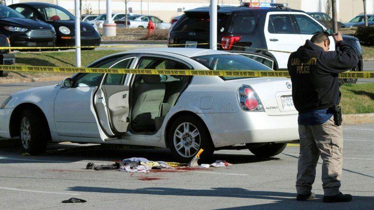 La nenita estaba en el asiento trasero del auto y se puso a jugar con la pistola de su padre