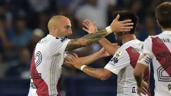 El autor del gol, Pinola, se abraza con su asistidor, el Pity Martínez. A River no le sobró nada, pero festejó.