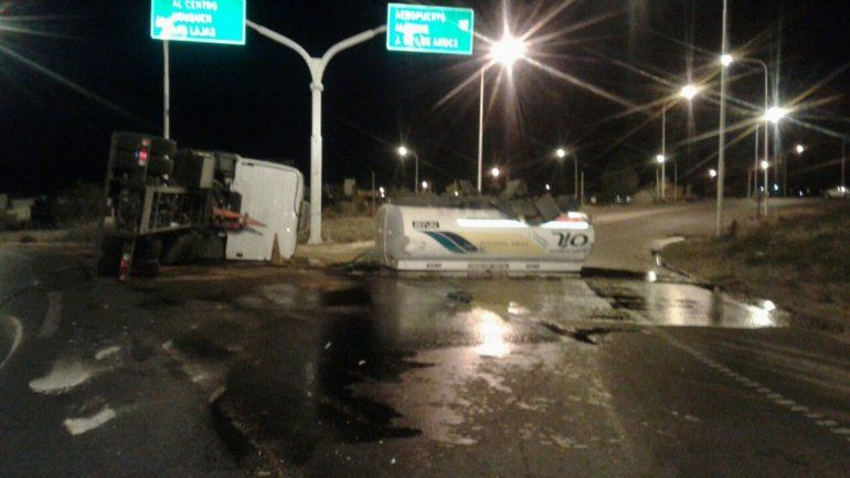 Susto en Zapala: volcó un camión y derramó combustible en la ruta