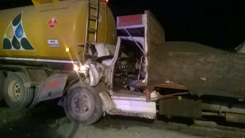 Camión ladrillero se tragó de atrás a un cisterna: hubo tres lesionados