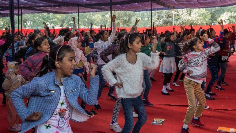 <p>Un grupo de niñas toma una clase de defensa personal en un instituto de la policía en Nueva Delhi (The New York Times).</p>