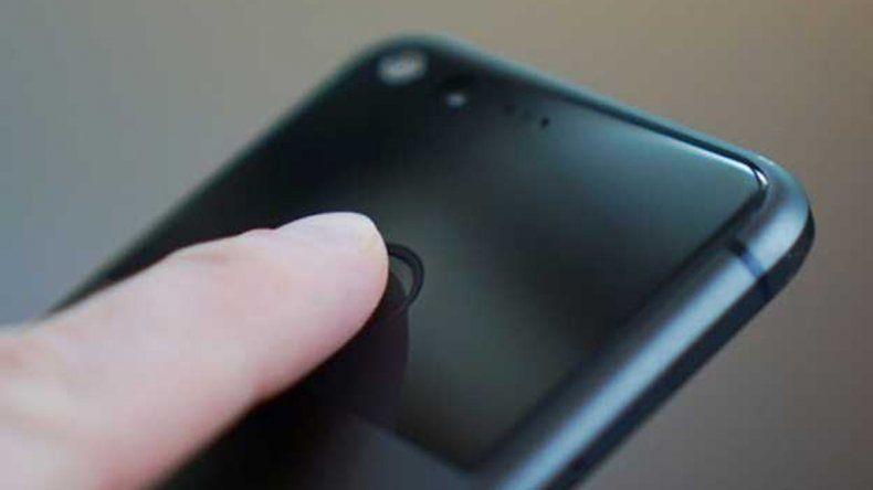 Irrumpieron en un velorio para desbloquear un celular con el dedo del muerto
