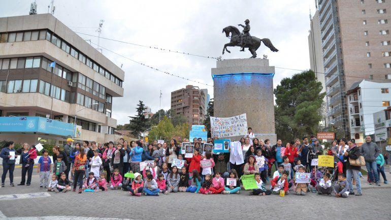Padres se manifestaron pidiendo que se respete el derecho a la educación