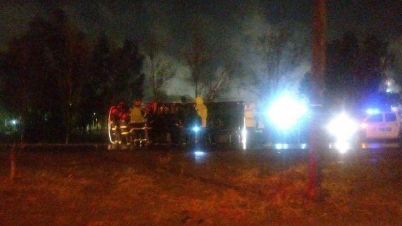 Borracho, un chofer de un camión de Nación volcó en la Ruta 22
