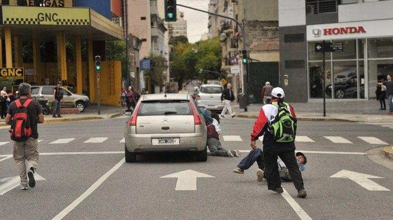 El conductor arrastró al manifestante 50 metros.
