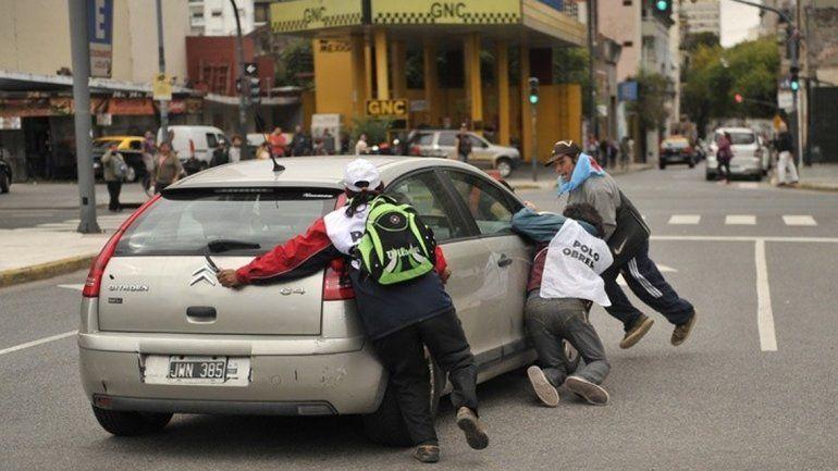 El hombre recibió golpes de los manifestantes tras detener su marcha.