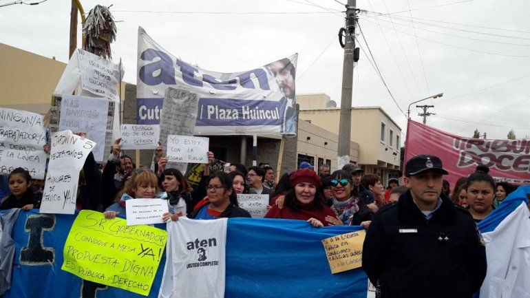 Tensión en Huincul: ATEN se coló en el desfile y reclamó ante Gutiérrez
