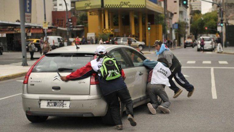El conductor se enojó porque lo frenaron en el semáforo. Pudo ser tragedia.