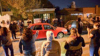 huiliches: victimas escracharon la casa del acosador del face y se lo llevo la policia
