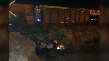 tren arrollo a una camioneta, la arrastro y cayo al desagüe