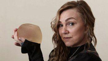 Tonia Rossington no aguantaba más los implantes mamarios pero no tenía las 3000 libras para la cirugía. Entonces, buscó en Google todos los detalles y se animó a operarse a sí misma.