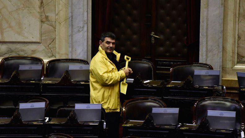Olmedo llevó una pala amarilla para gastar a los ausentes de la otra semana
