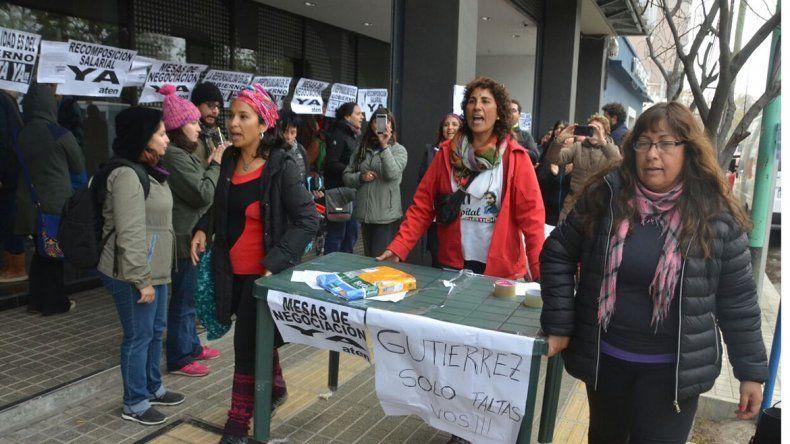 Gutiérrez presentó obras con una protesta docente en la puerta