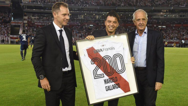 Gallardo fue homenajeado por los dirigentes en un partido especial y recibió el aplauso de los hinchas.