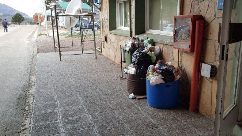 No hay servicio de limpieza en Pino Hachado: está lleno de residuos y baños clausurados