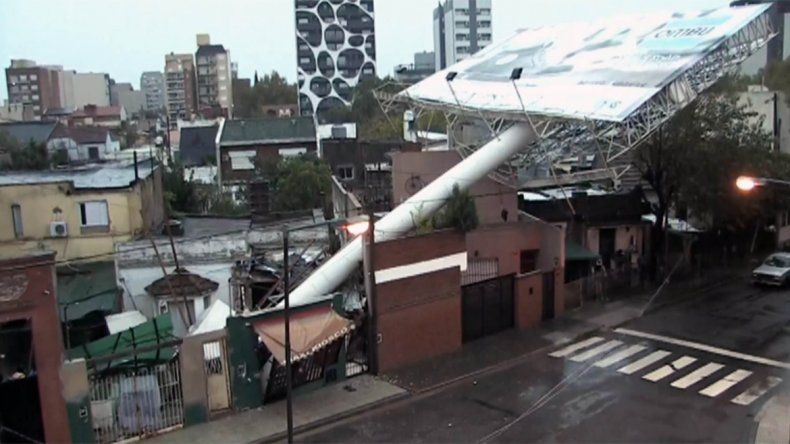 Caída de árboles, carteles y cortes de luz por el temporal de lluvia