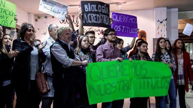 Estudiantes de Biología piden validar sus títulos