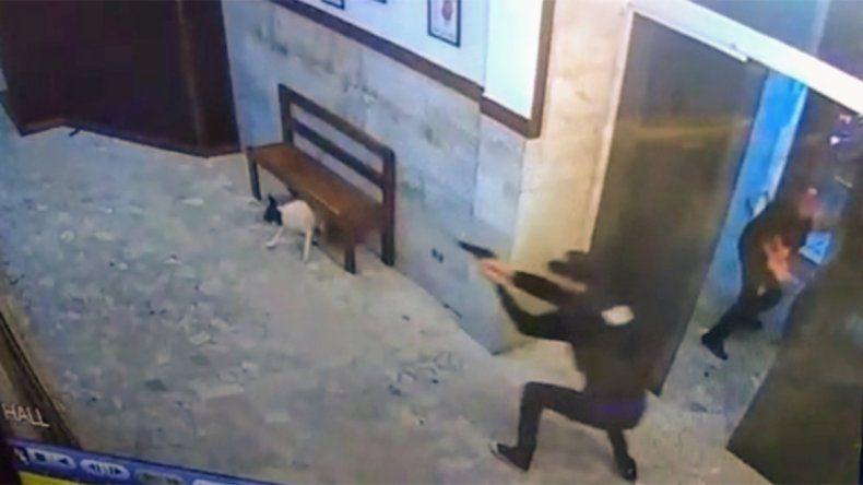 Intentaron copar la comisaría vestidos de policías  y balearon a una agente