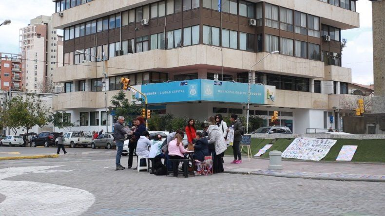 Un grupo de padres dio una clase en el centro para reclamar la solución del conflicto docente