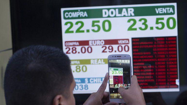El dólar no tiene freno y rompió la barrera de los 23 pesos