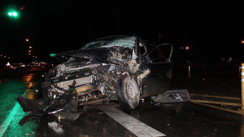 Chocó contra dos autos estacionados en un semáforo sobre la Ruta 7