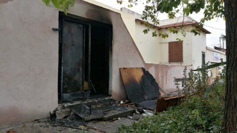 Como no pudieron entrar a robar, prendieron fuego un depósito de la casa