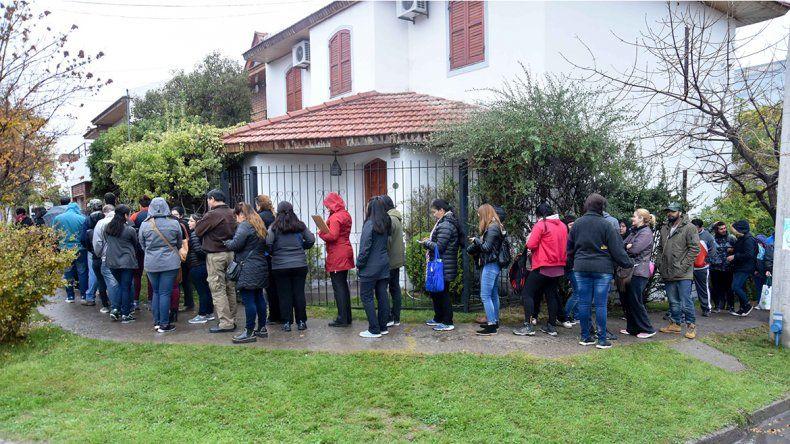 Largas filas bajo la lluvia para acceder a un plan de viviendas