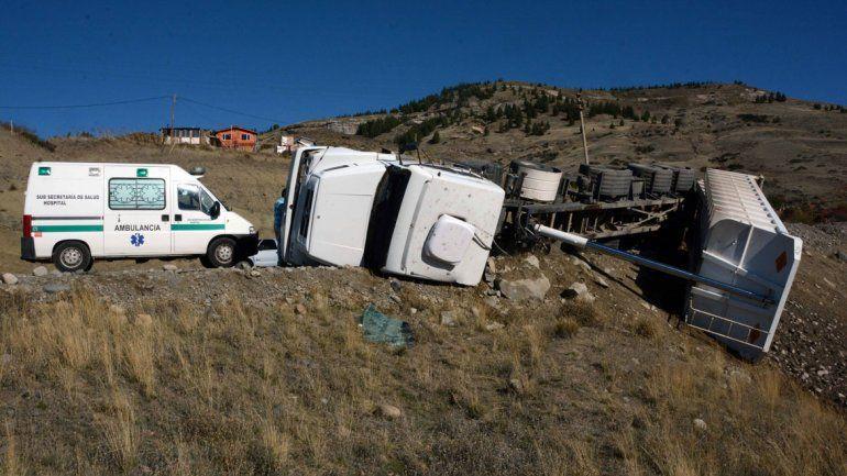 Ruta 61: volcó un camión mientras descargaba arena