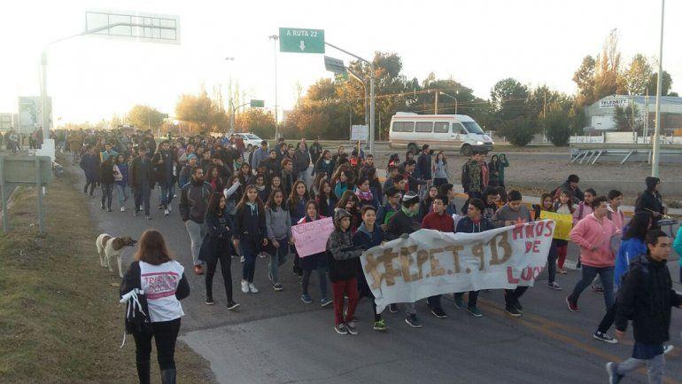 Marchan para denunciar los problemas edilicios de la EPET 9