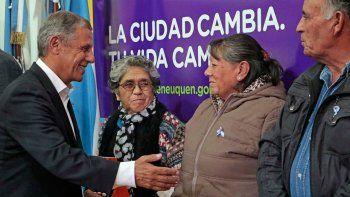 Entregaron títulos de terrenos a 49 familias neuquinas