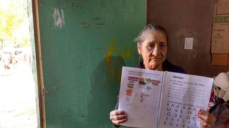 A los 70 años, aprendió a leer escuchando la radio