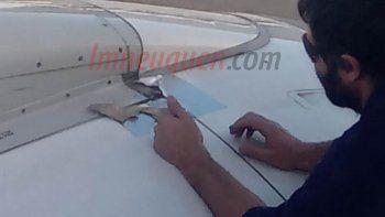 la pegatina con cinta que inquieto a los pasajeros de un vuelo
