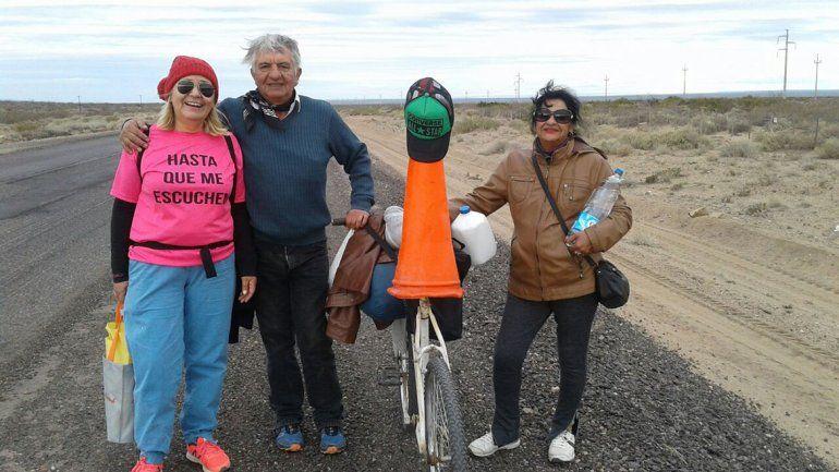 Llegó a Neuquén caminando desde Plaza Huincul para reclamar una casa